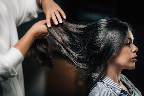 Quelques conseils pour choisir un bon salon de coiffure Trouver un salon de coiffure qui répond parfaitement à ses besoins n'est pas une démarche facile. Mais il existe quelques conseils qui vous permettent de dénicher la perle rare et d'obtenir la coiffure que vous souhaitiez. Les méthodes pour trouver la bonne adresse Vous n'êtes pas satisfaite de votre coiffeur et vous souhaitez changer ? Ou bien vous venez d'emménager dans un quartier que vous ne connaissez pas encore ? Vous pouvez commencer la recherche d'un salon de coiffure à Montélimar en utilisant Internet. Il s'agit en effet d'un outil efficace et rapide pour trouver tout ce que vous voulez. Vous pouvez ainsi trouver sur la toile des sites dynamiques qui vous aident à identifier les meilleurs coiffeurs de Montélimar. Ainsi, vous pourrez localiser les salons, mais aussi lire les avis des internautes concernant le service des prestataires. Il vous sera alors plus facile de faire un choix en fonction de vos attentes. Toutefois, vous ne devez pas vous limiter à un seul commentaire négatif ou positif. Il convient de faire vos recherches plus loin. Il importe par exemple de consulter les sites web des salons afin de découvrir leurs services ainsi que leurs prix. En outre, visiter le salon et prendre un rendez-vous sur place est aussi recommandé. Cela vous permet en effet de voir plus près la qualité des services et la compétence de l'équipe. Vous verrez aussi lors de cette occasion la qualité d'accueil, l'organisation du travail, les produits utilisés, etc. Si vous n'êtes pas convaincu, vous n'avez qu'à annuler votre RDV et recommencer les recherches. Par ailleurs, la méthode du bouche-à-oreille fonctionne aussi très bien pour trouver un meilleur salon de coiffure. Effectivement, vos amis et vos collègues constituent une véritable mine d'informations fiables concernant le bon salon. Autre élément important, vous devez préciser vos attentes et vos besoins une fois le bon coiffeur trouvé. Les critères de sélection